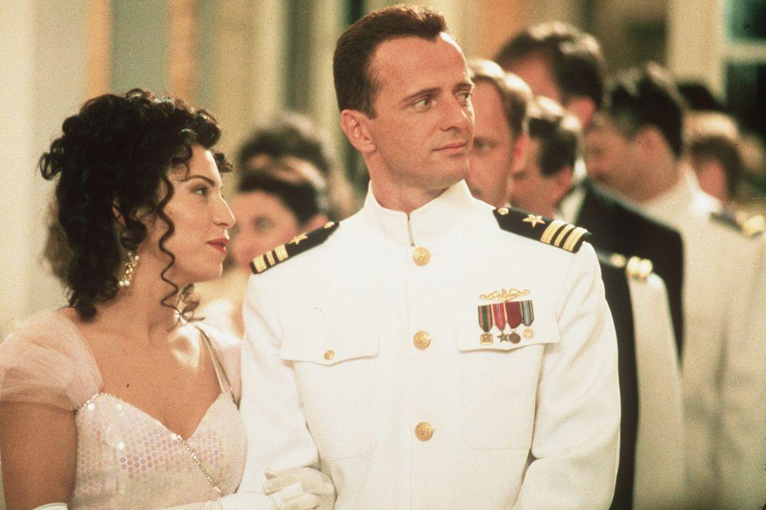 Auf Maura (Claudia Ferri, L.) und ihren Gatten, US-Marineoffizier Annibal Ramirez (Aidan Quinn, r.), warten harte Zeiten, als dieser einen lebensgef... - Bildquelle: Sony Pictures Entertainment