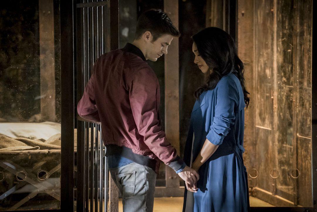 Wird Barry (Grant Gustin, l.) tatsächlich damit zurechtkommen, dass sein ganzes Leben sich geändert hat und selbst Iris (Candice Patton, r.) keine E... - Bildquelle: 2016 Warner Bros.