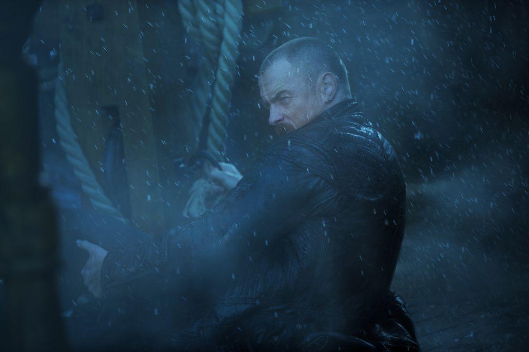 Gerät mit seiner Mannschaft in einen gefährlichen Sturm: Captain Flint (Toby Stephens) ... - Bildquelle: David Bloomer 2016 Starz Entertainment, LLC. All Rights Reserved