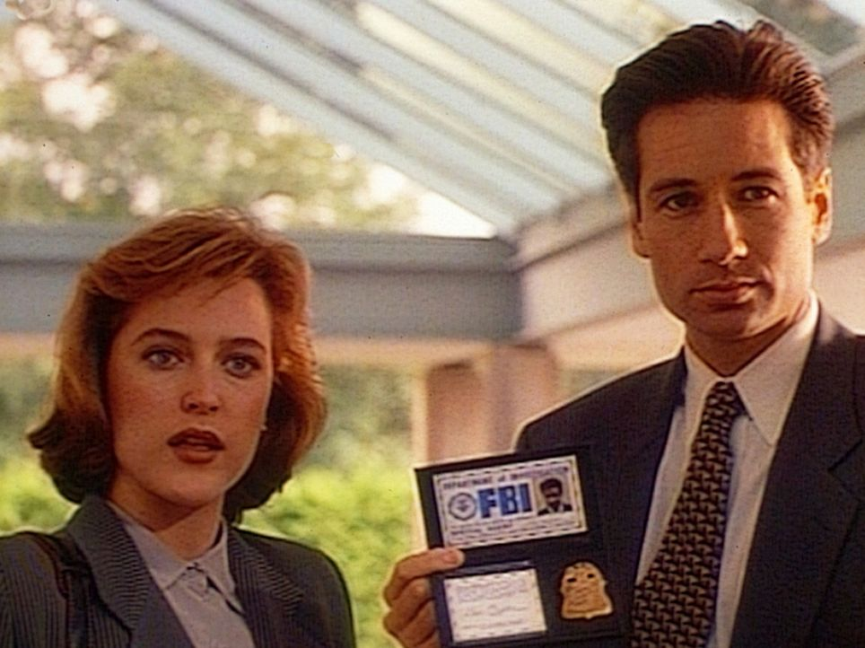 Dana Scully (Gillian Anderson, l.) und Fox Mulder (David Duchovny, r.) begegnen einem genialen Wissenschaftler, der den ersten Computer mit künstli... - Bildquelle: TM +   Twentieth Century Fox Film Corporation. All Rights Reserved.