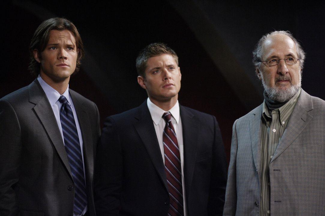 Mysteriöse Todesfälle führen Sam (Jared Padalecki, l.) und Dean (Jensen Ackles, M.) in eine Stadt, in der viele alte Zauberer wohnen. Bald verdä... - Bildquelle: Warner Bros. Television