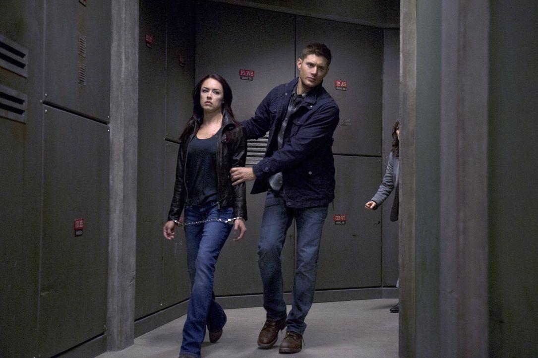 Für Dean (Jensen Ackles, r.) wird es nicht einfach, wichtige Informationen aus Tessa (Lindsey McKeon, l.) herauszubekommen - wenn er sich an die Vor... - Bildquelle: 2013 Warner Brothers