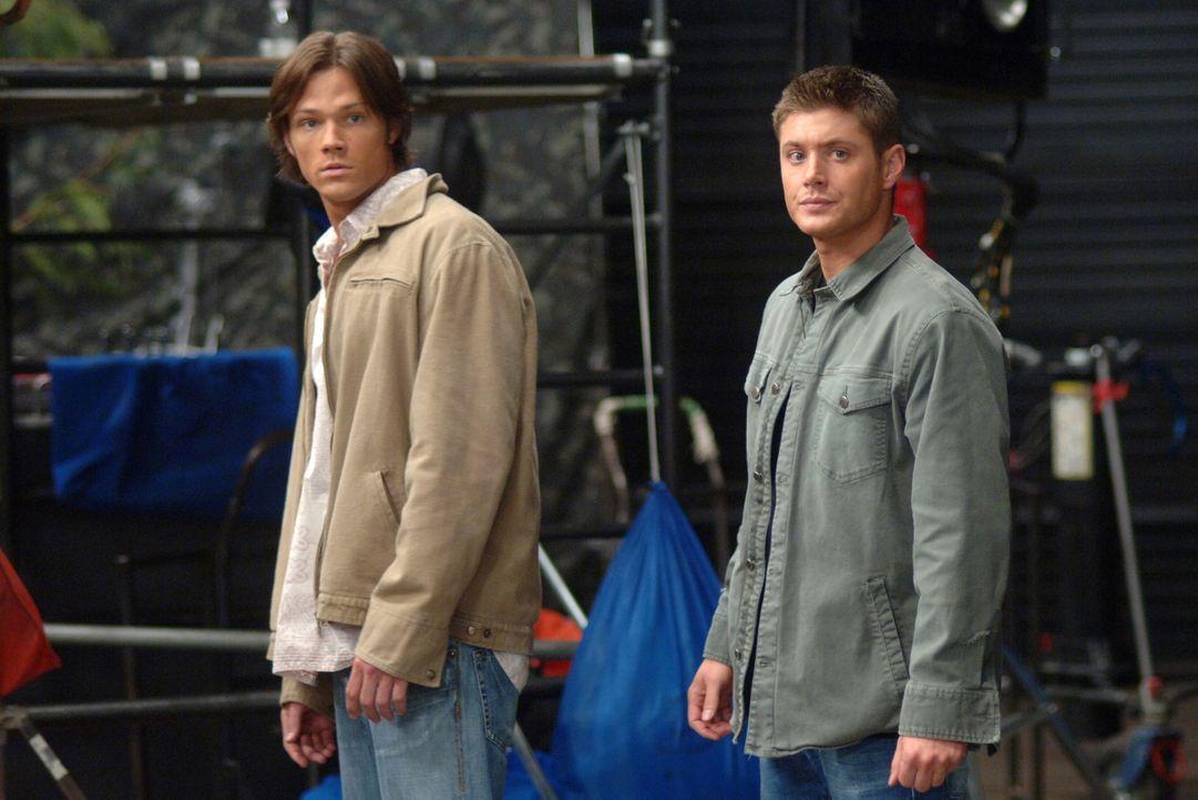 Sam (Jared Padalecki, l.) und Dean (Jensen Ackles, r.) machen einen Trip nach Hollywood, um am Set eines Horrorfilms den Tod eines Schauspielers zu... - Bildquelle: Warner Bros. Television