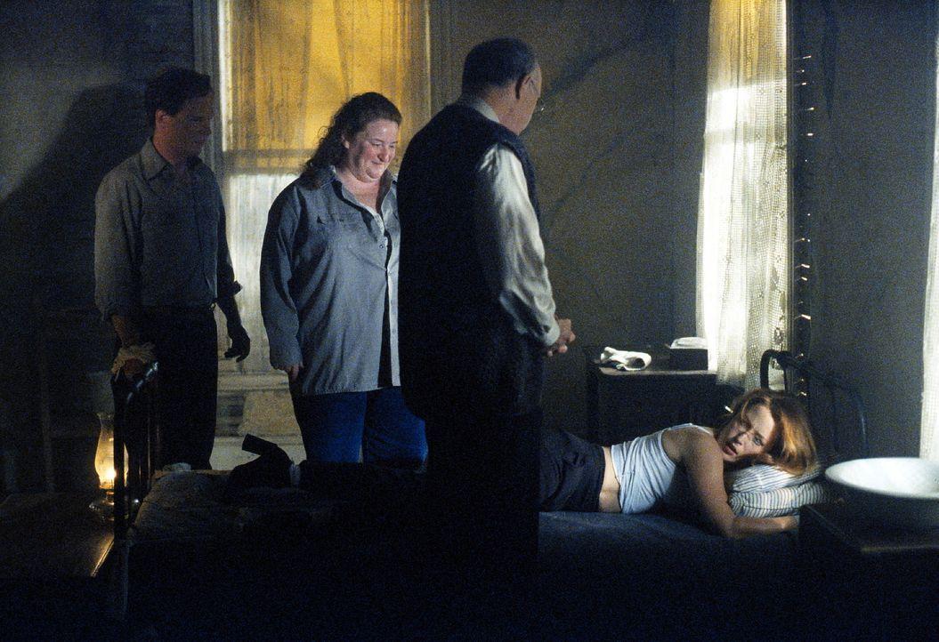 Scully (Gillian Anderson, r.) wird in Utha von scheinbar harmlosen Leuten daran gehindert, den Ort zu verlassen ... - Bildquelle: TM +   2000 Twentieth Century Fox Film Corporation. All Rights Reserved.
