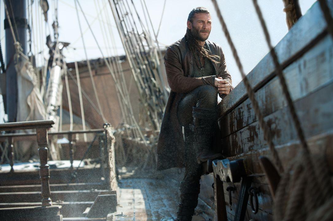 Nach ihrer Flucht aus Nassau, kapern Captain Vane (Zach McGowan) und Blackbeard ein spanisches Handelsschiff. Dort finden sie zwar nicht das erhofft... - Bildquelle: David Bloomer 2016 Starz Entertainment, LLC. All Rights Reserved