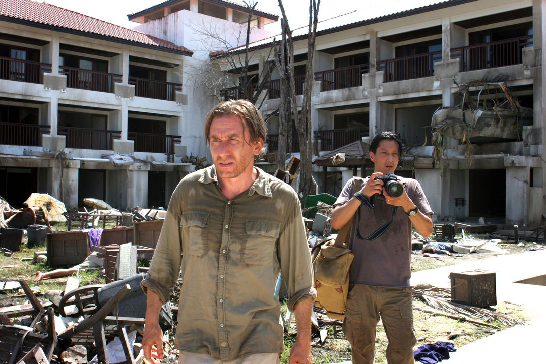 Arbeiten an einer explosiven Story: Reporter Nick Fraser (Tim Roth, l.) und sein Fotograf Chai (Will Yun Lee, r.) ... - Bildquelle: Kerry Brown 2006 Home Box Office Inc. All Rights Reserved.