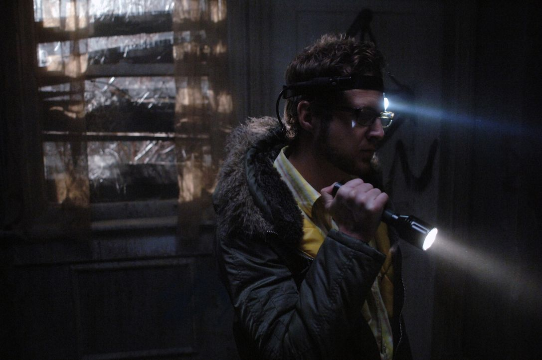 Ed (A.J. Buckley) und Harry haben eine gewalttätige Serie voller Gotteslästerung erfunden, die sie ins Haus Morton bringt, einem verlassenen Gelände... - Bildquelle: Warner Bros. Television