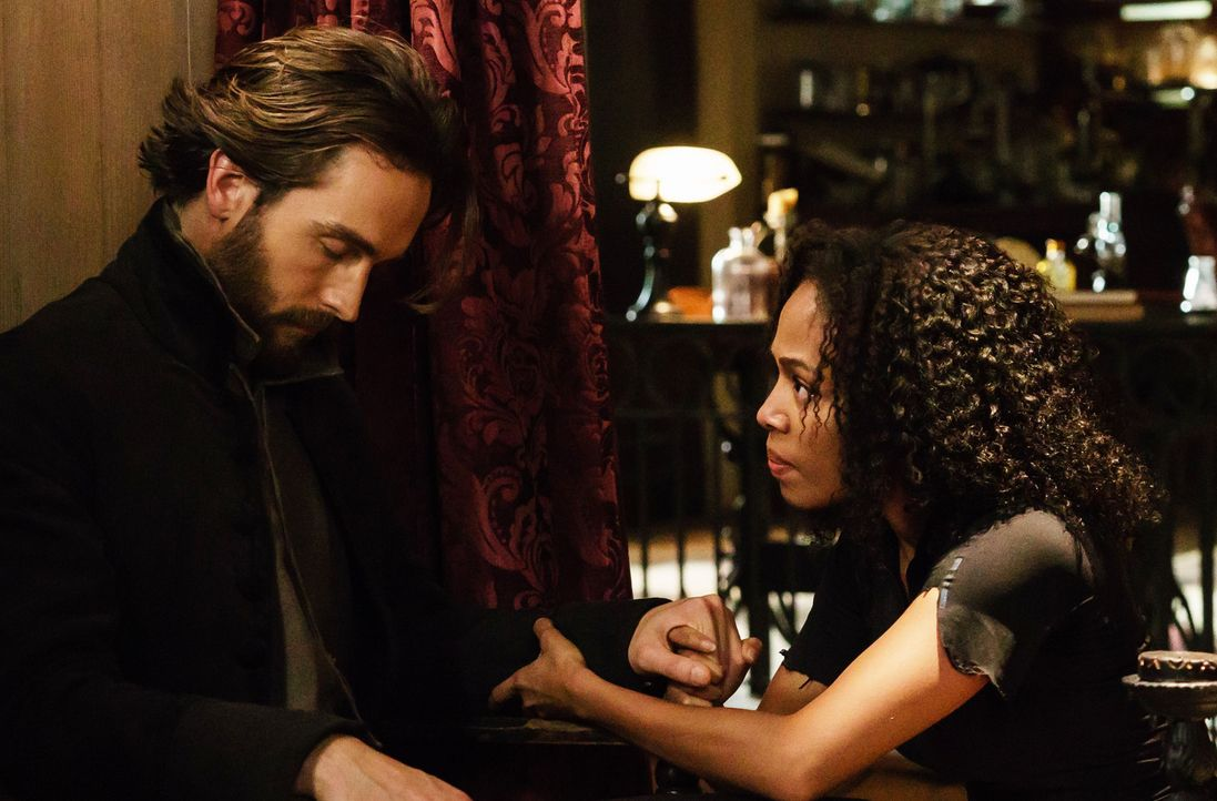 Um Abbie (Nicole Beharie, r.) zu retten, begibt sich Carne (Tom Mison, l.) selbst in Lebensgefahr ... - Bildquelle: 2015-2016 Fox and its related entities.  All rights reserved.
