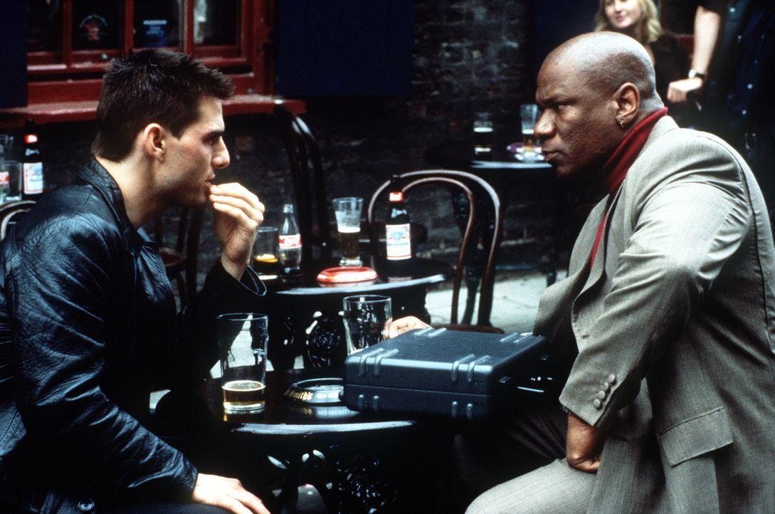Ethan Hunt (Tom Cruise, l.) will um jeden Preis den Namen des Verräters herausfinden. Glücklicherweise kann er den Ex-Agenten Luther Stickell (Ving... - Bildquelle: Paramount Pictures