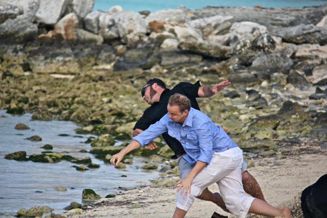 Noch versucht Holt (Bart Baggett, vorne), seinen Angreifern zu entkommen - doch wird es ihnen gelingen, ihn auf die Insel des wahnsinnigen Tiburon z... - Bildquelle: 2012, THE INSTITUTION, LLC. All Rights Reserved.