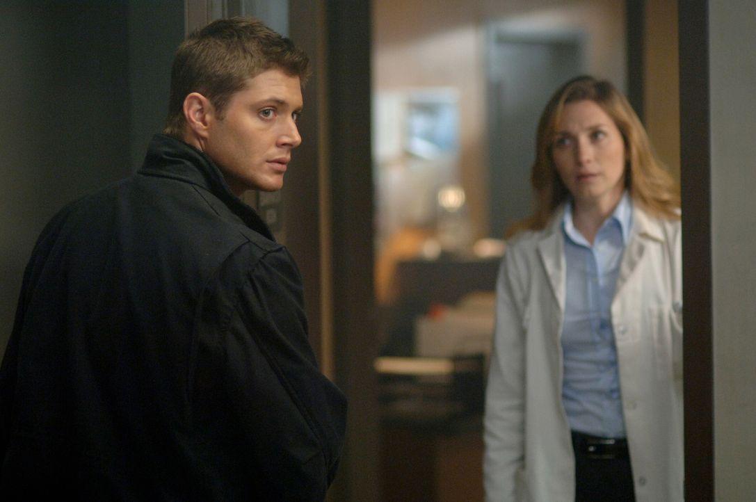 Dean (Jensen Ackles, l.) sucht sofort Dr. Amanda Lee (Kate Jennings Grant, r.) auf, damit die Ärztin eine verletzte Frau untersuchen kann  ... - Bildquelle: Warner Bros. Television
