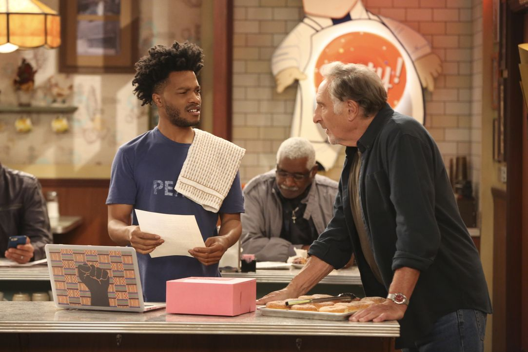Franco (Jermaine Fowler, l.); Arthur (Judd Hirsch, r.) - Bildquelle: Adam Rose 2017 CBS Broadcasting, Inc. All Rights Reserved. / Adam Rose