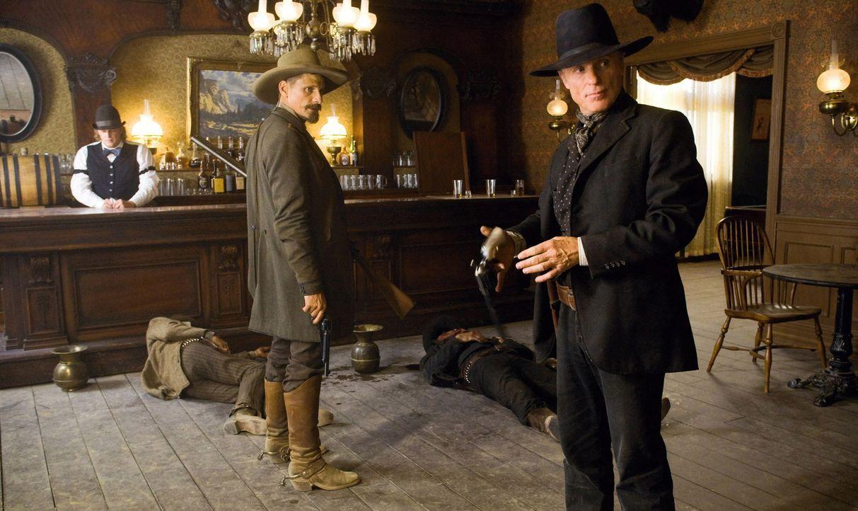 Virgil Cole (Ed Harris, r.) und Everett Hitch (Viggo Mortensen, l.) reiten seit Jahren gemeinsam durch den Wilden Westen und kennen kein Pardon, wen... - Bildquelle: Warner Bros.