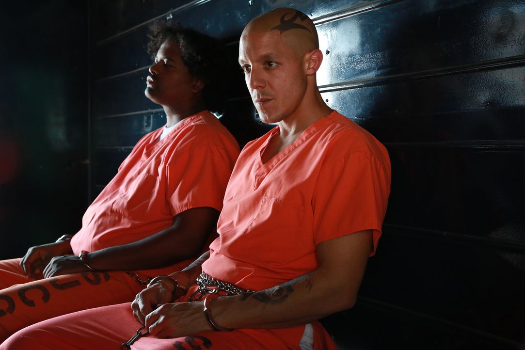 Weshalb öffnet sich Juice (Theo Rossi, r.) auf einmal der Polizei und warum glaubt man ihm kein Wort, wenn er von Taras Mörder spricht? - Bildquelle: Prashant Gupta 2013 Twentieth Century Fox Film Corporation and Bluebush Productions, LLC. All rights reserved.