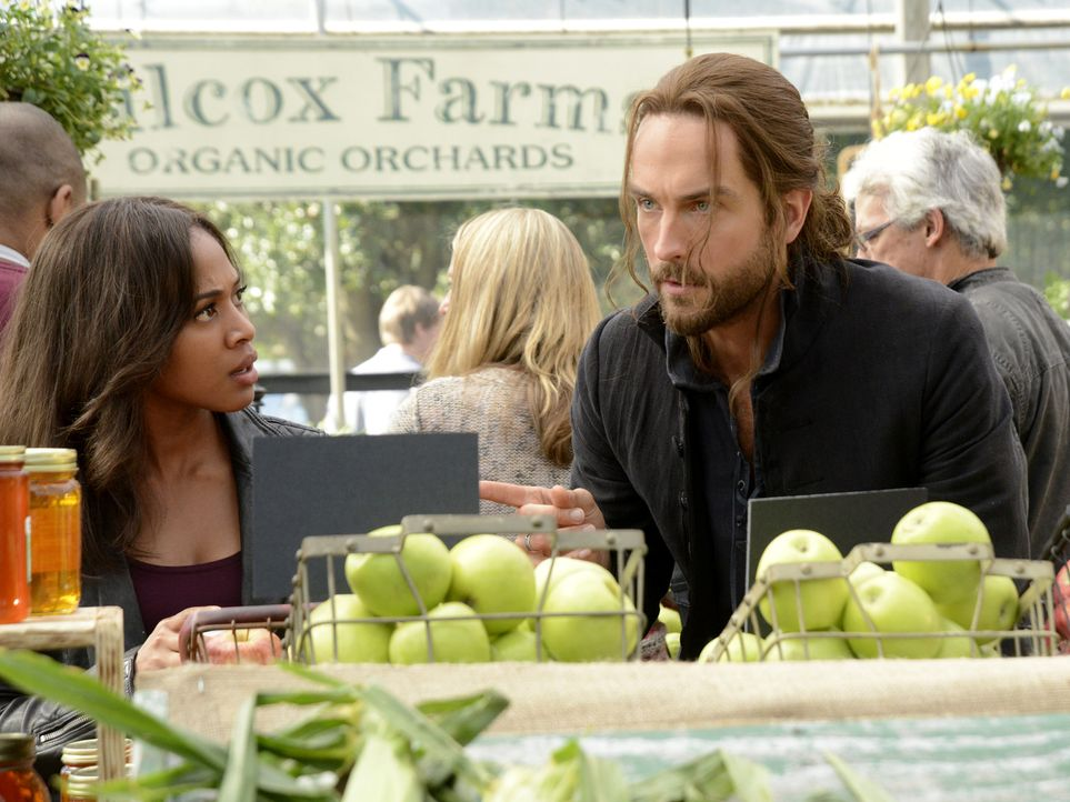 Selbst auf dem Markt muss Abbie (Nicole Beharie, l.) Ichabod (Tom Mison, r.) an die Gepflogenheiten der modernen Welt heranführen ... - Bildquelle: 2014 Fox and its related entities. All rights reserved
