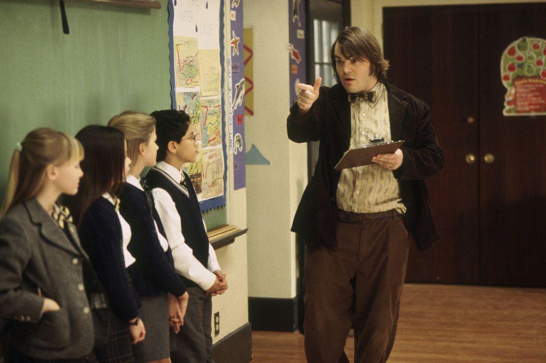 Nachdem er seine Zöglinge beim Musizieren gehört hat, kommt Dewey Finn (Jack Black, r.) eine Idee: Er gründet mit ihnen eine Rockband, mit der er be... - Bildquelle: Paramount Pictures