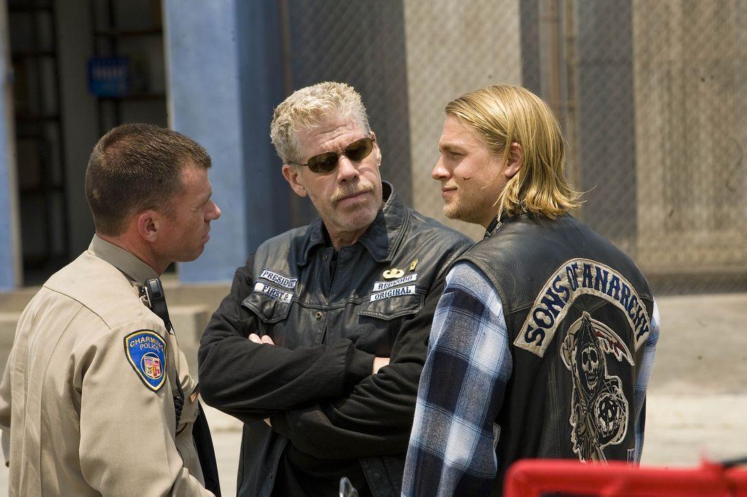 "Deputy Chief David Hale (Taylor Sheridan, l.) gibt Clarence ""Clay"" Morrow (Ron Perlman, M.) und Jackson ""Jax"" Teller (Charlie Hunnam, r.) zu versteh... - Bildquelle: 2008 FX Networks, LLC. All rights reserved."