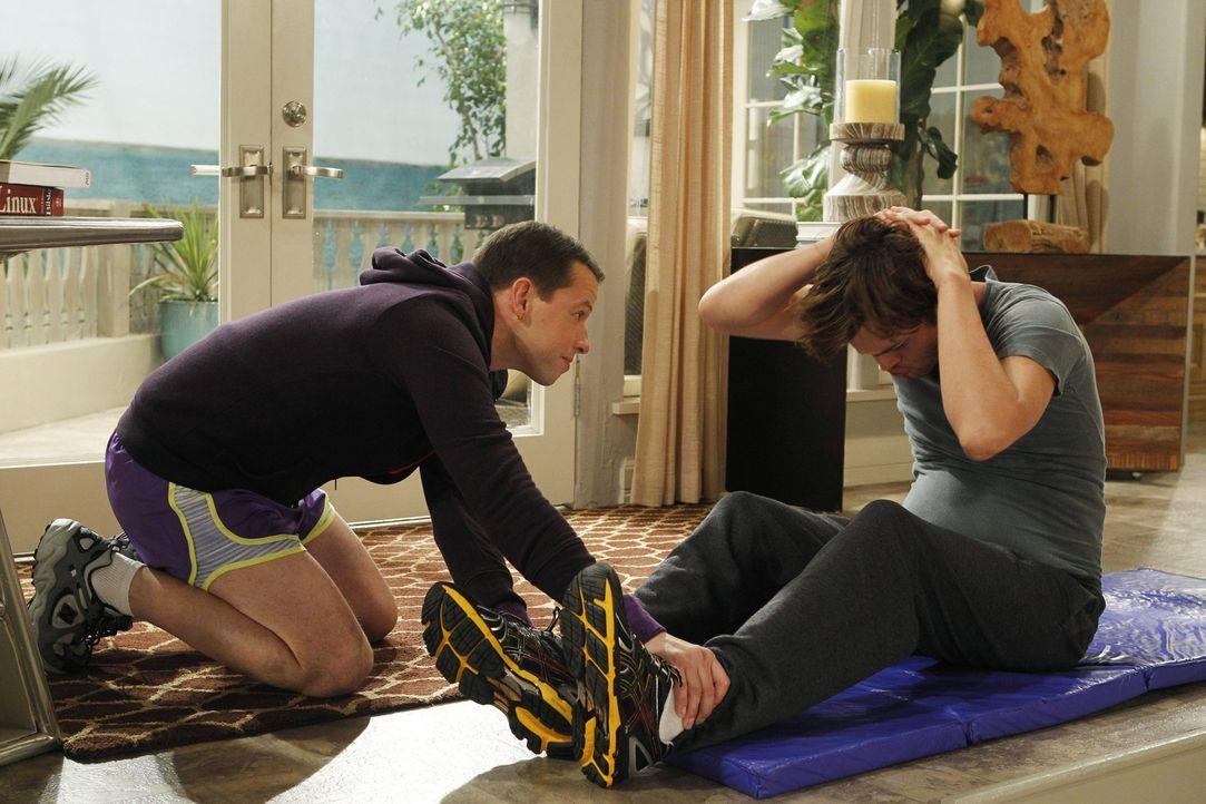 Alan (Jon Cryer, l.) steht Walden (Ashton Kutcher, r.) bei, seinen Körper wieder etwas auf Vordermann zu bekommen ... - Bildquelle: Warner Bros. Television