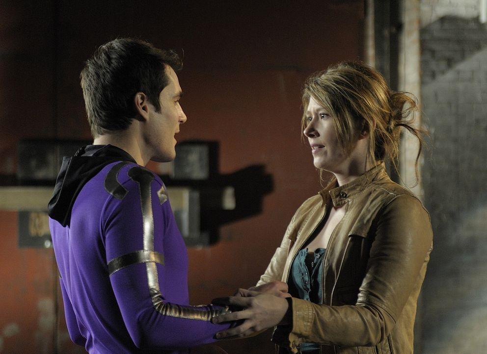 Damit sich seine Angebetete Loretta (Jewel Staite, r.) in Detroit sicher fühlt, verkleidet sich Sheldon (Sean Maher, l.) als Superheld und schlägt V... - Bildquelle: Philippe Bosse SCI FI Channel