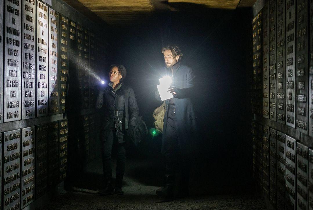Abbie (Nicole Beharie, l.) und Crane (Tom Mison, r.) machen sich auf den Weg in die Unterwelt, aber werden sie von dort auch den Weg in die Katakomb... - Bildquelle: 2015-2016 Fox and its related entities.  All rights reserved.