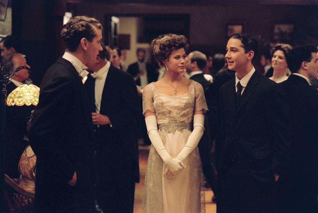 Während sich Freddie (Max Kasch, l.) und Sarah Wallis (Peyton List, M.) wie selbstverständlich in der Welt der schönen und reichen bewegen, muss sic... - Bildquelle: Walt Disney Pictures