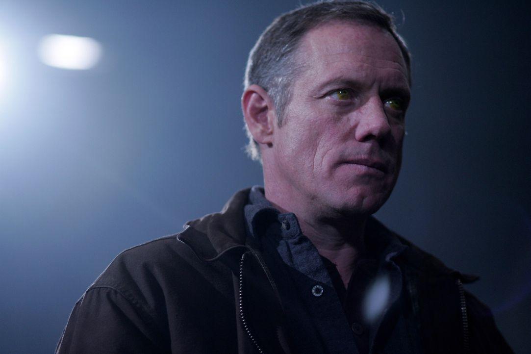 Hat einen neuen Diener und plant, die Höllendiener freizulassen: der gelbäugige Dämon (Frederic Lehne) ... - Bildquelle: Warner Bros. Television