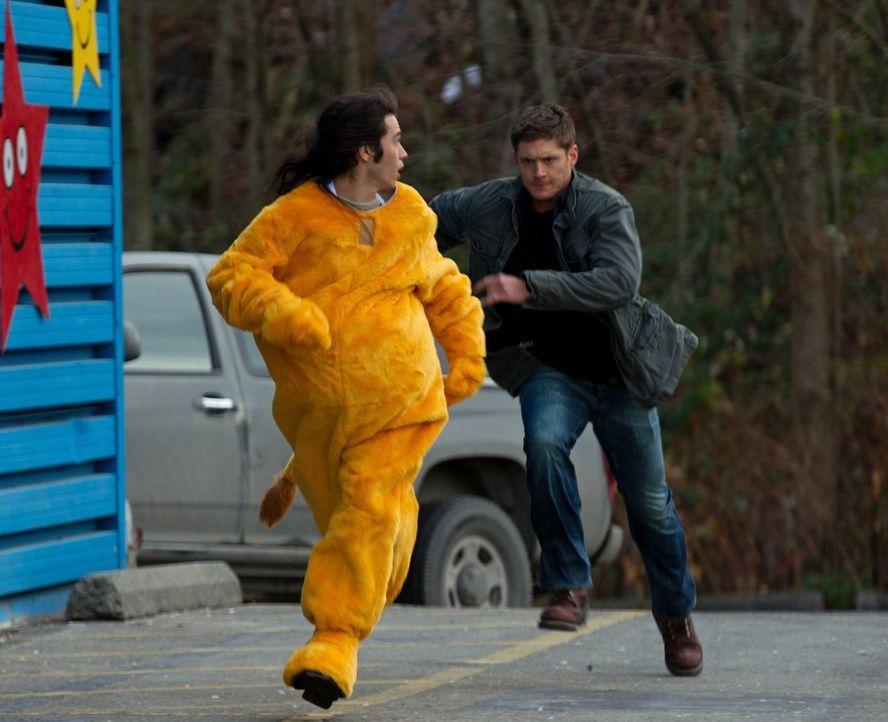 Bei den Untersuchungen in einem neuen Fall stößt Dean (Jensen Ackles, r.) auf Cliff (Dagan Nish, l.). Doch was hat er damit zu tun? - Bildquelle: Warner Bros. Television