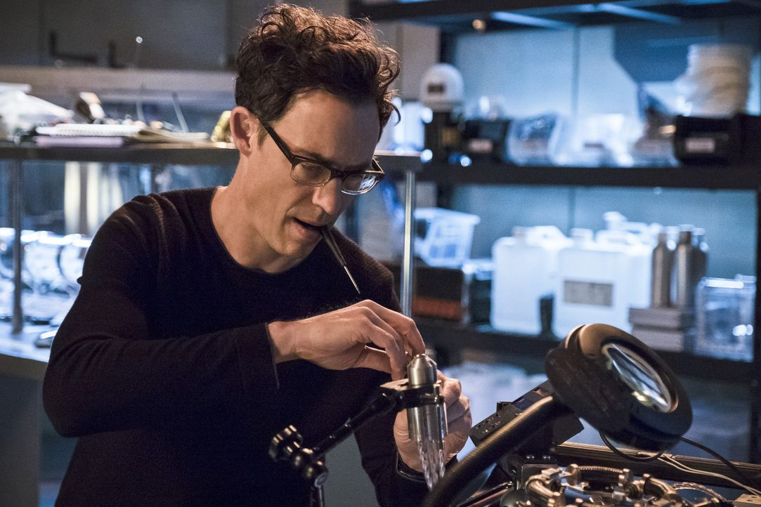 Wells (Tom Cavanagh) ist nicht begeistert, als Barry das Tor zur Welt 2 wieder öffnen will. Zu Recht? - Bildquelle: Warner Bros. Entertainment, Inc.