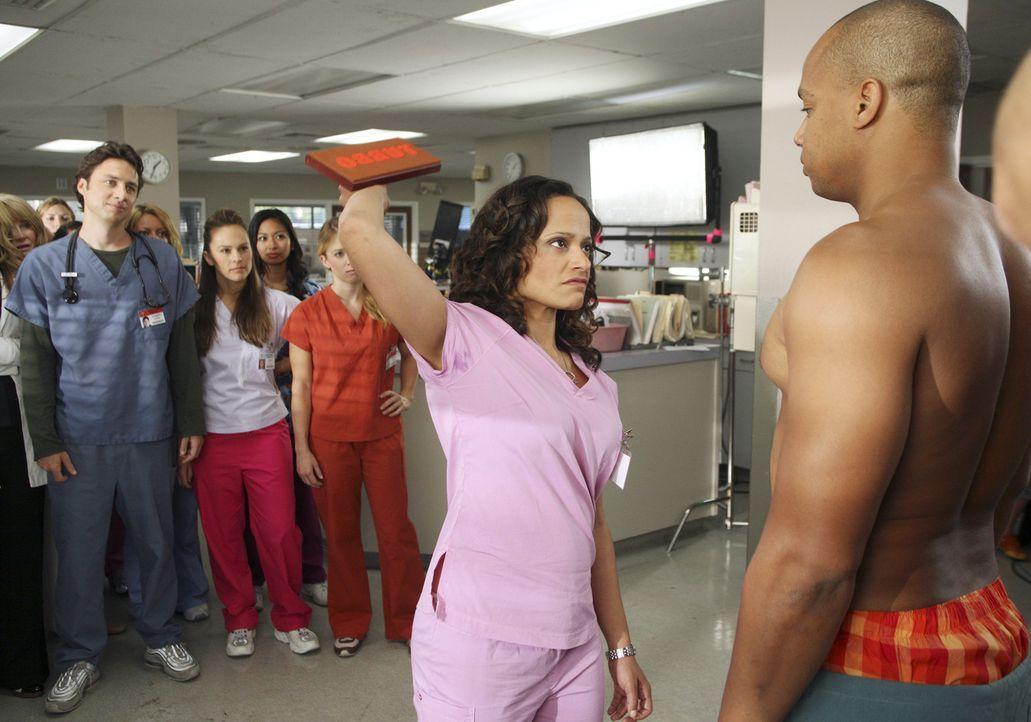 Wenn sich Carla (Judy Reyes, M.) und Turk (Donald Faison, r.) in den Haaren liegen, gibt es nicht nur für J.D. (Zach Braff, l.) viel zu sehen ... - Bildquelle: Touchstone Television