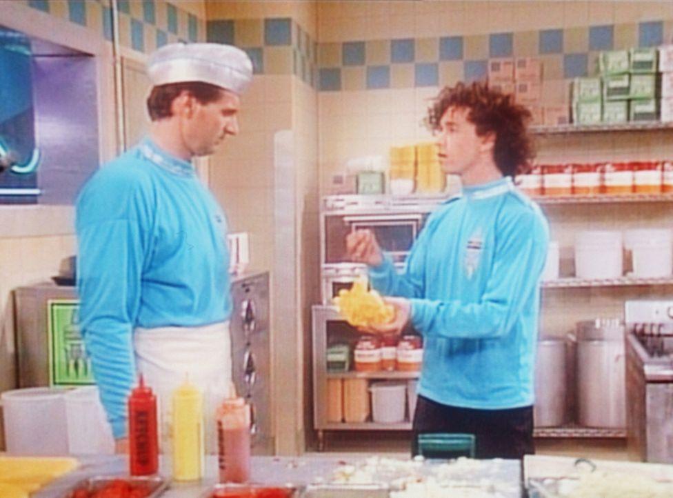 Weil Peggy mehr verdient als er, arbeitet Al (Ed O'Neill, l.) zusätzlich in einem Schnellimbiss, wo er sich von dem Küchenchef Captain (Pauly Shore,... - Bildquelle: Sony Pictures Television International. All Rights Reserved.