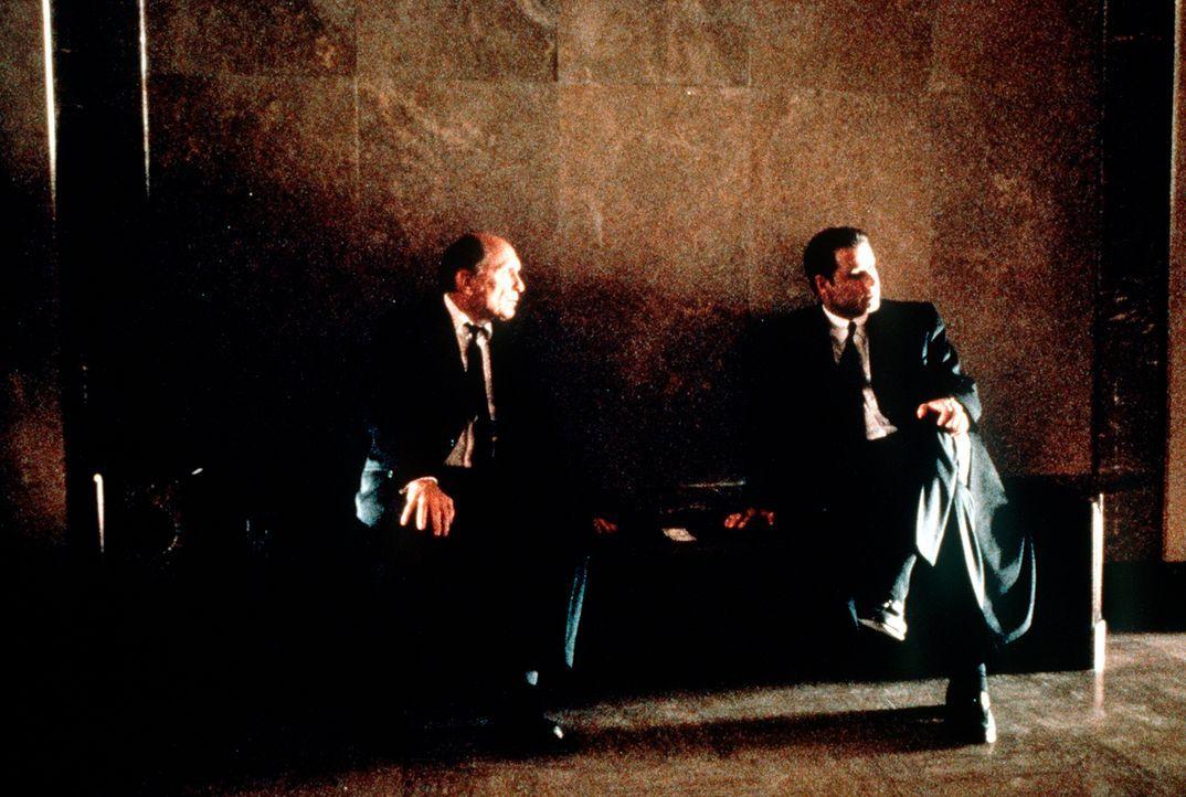 Eines Tages gerät der erfolgverwöhnte Anwalt Jan Schlichtmann (John Travolta, r.) an den unberechenbaren Großmeister des Paragraphen-Schachspiels: J... - Bildquelle: Paramount Pictures
