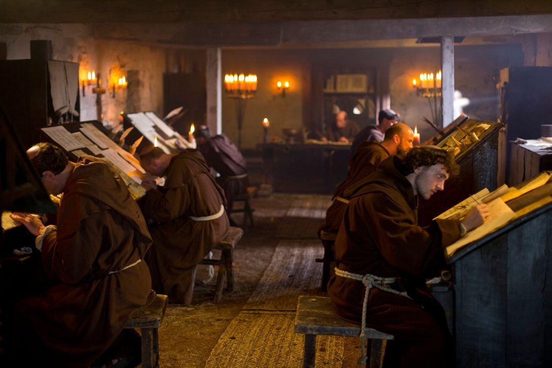 Noch leben die Mönche friedlich in ihrem Kloster in Northumbria in England, aber Ragnar und seine Crew werden das schon bald blutig beenden ... - Bildquelle: 2013 TM TELEVISION PRODUCTIONS LIMITED/T5 VIKINGS PRODUCTIONS INC. ALL RIGHTS RESERVED.
