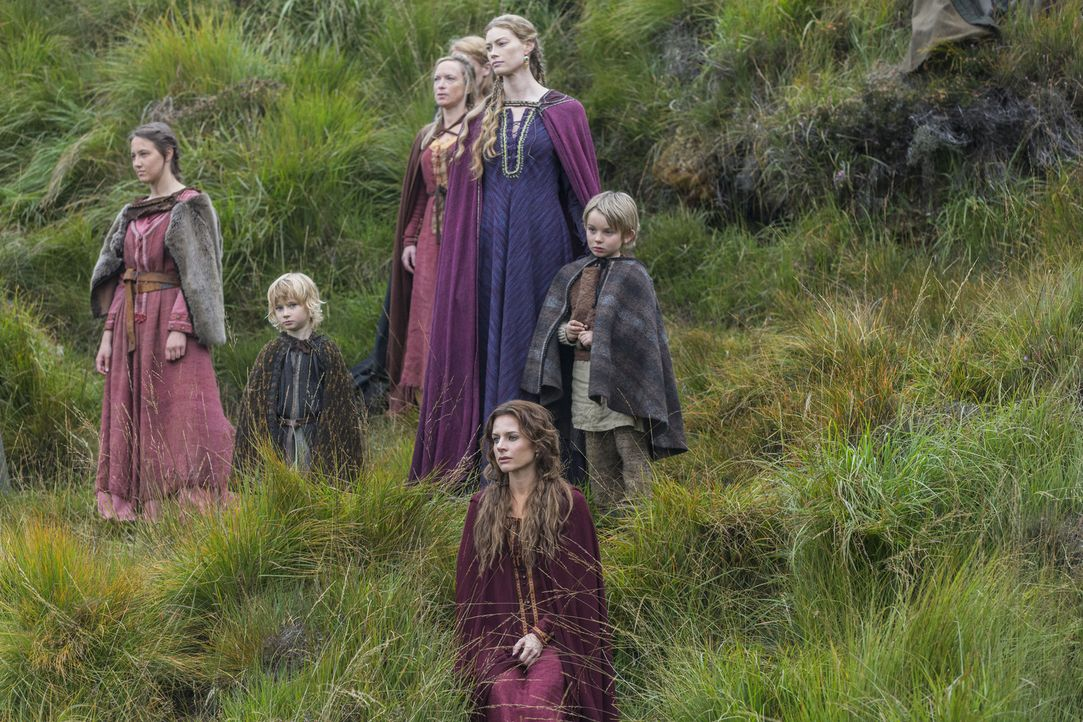 Müssen Abschied nehmen von ihren Männern, die in See stechen: Siggy (Jessalyn Gilsig, vorne), Aslaug (Alyssa Sutherland, hinten 2.v.r.) und die ande... - Bildquelle: 2014 TM TELEVISION PRODUCTIONS LIMITED/T5 VIKINGS PRODUCTIONS INC. ALL RIGHTS RESERVED.