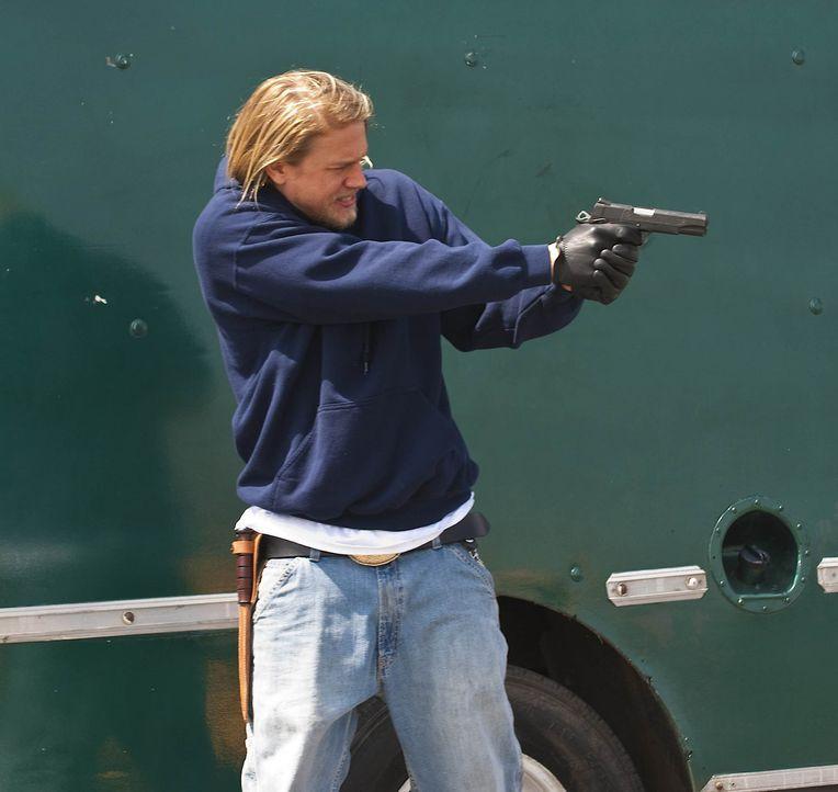 """Eine Neonazi-Gruppe, die """"Liga Amerikanischer Nationalisten"""", macht den Sons das Leben schwer. Jax (Charlie Hunnam) last sich jedoch nicht so leicht... - Bildquelle: 2009 FX Networks, LLC. All rights reserved."""