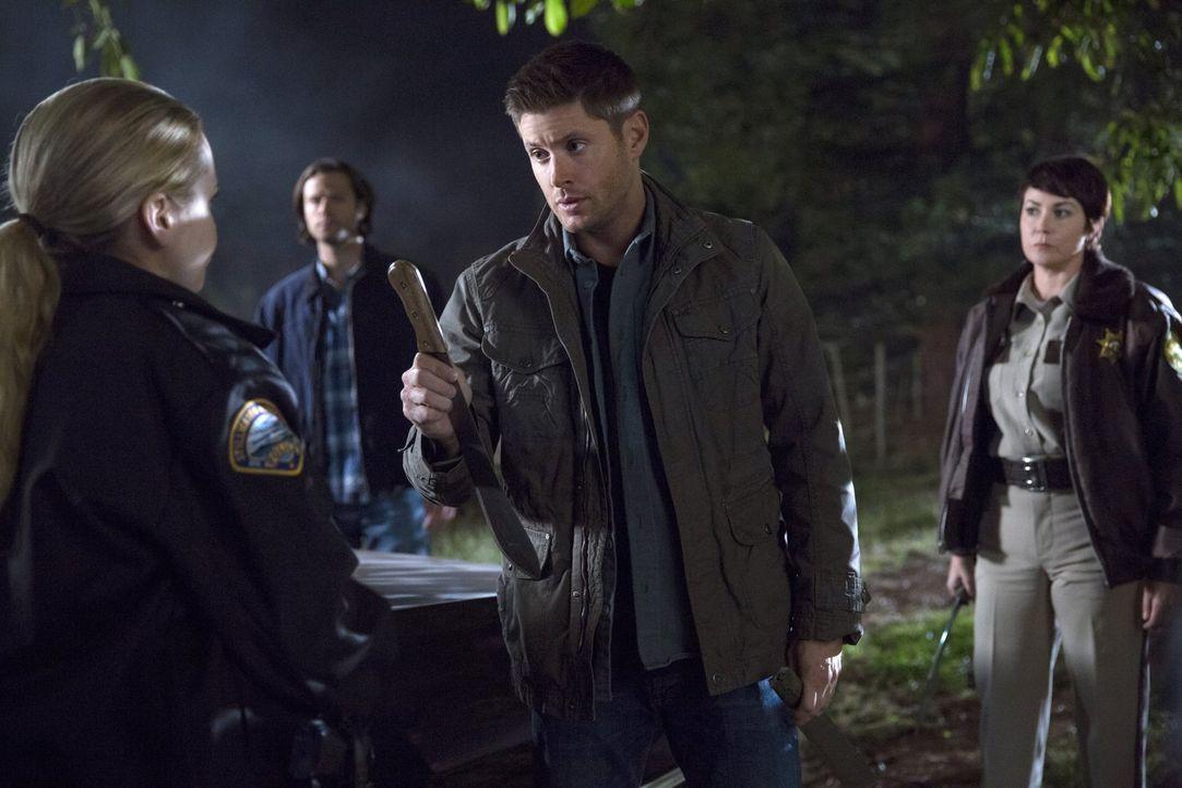 Sam (Jared Padalecki, 2.v.l.) und Dean (Jensen Ackles, 2.v.r.) machen sich zusammen mit Jody (Kim Rhodes, r.) und deren Kollegin Donna (Briana Buckm... - Bildquelle: 2016 Warner Brothers