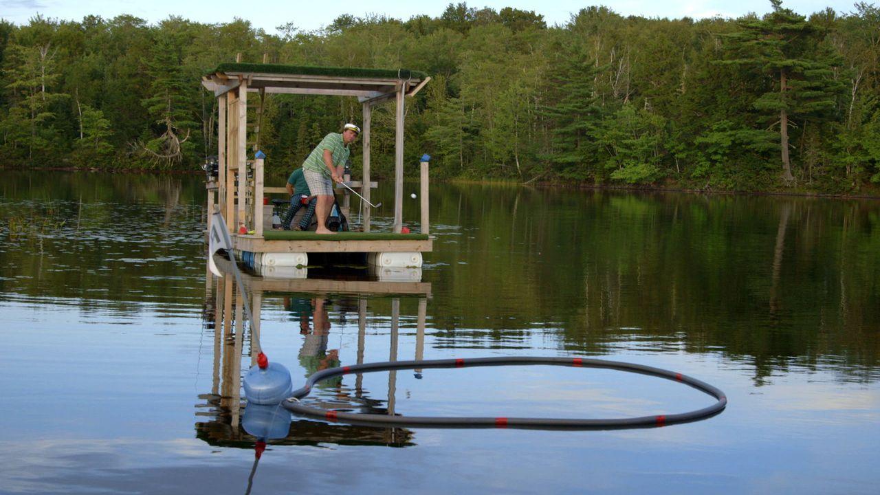 Andrew und Kevin (Bild) erfinden das Golfspiel auf eine neue Art und Weise - mit einem schwimmenden Golfplatz ... - Bildquelle: Brojects Ontario Ltd./Brojects NS Ltd