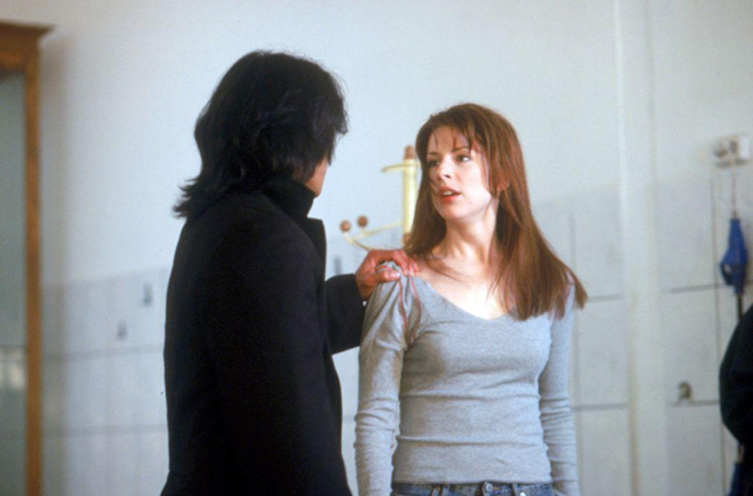 Zu allem Überfluss gerät die Gruppe um die Studentin Eilzabeth Blaine (Diane Neal, r.), ins Visier des Vampirjägers Pater Uffizi (Jason Scott Lee, l... - Bildquelle: Neo Art & Logic