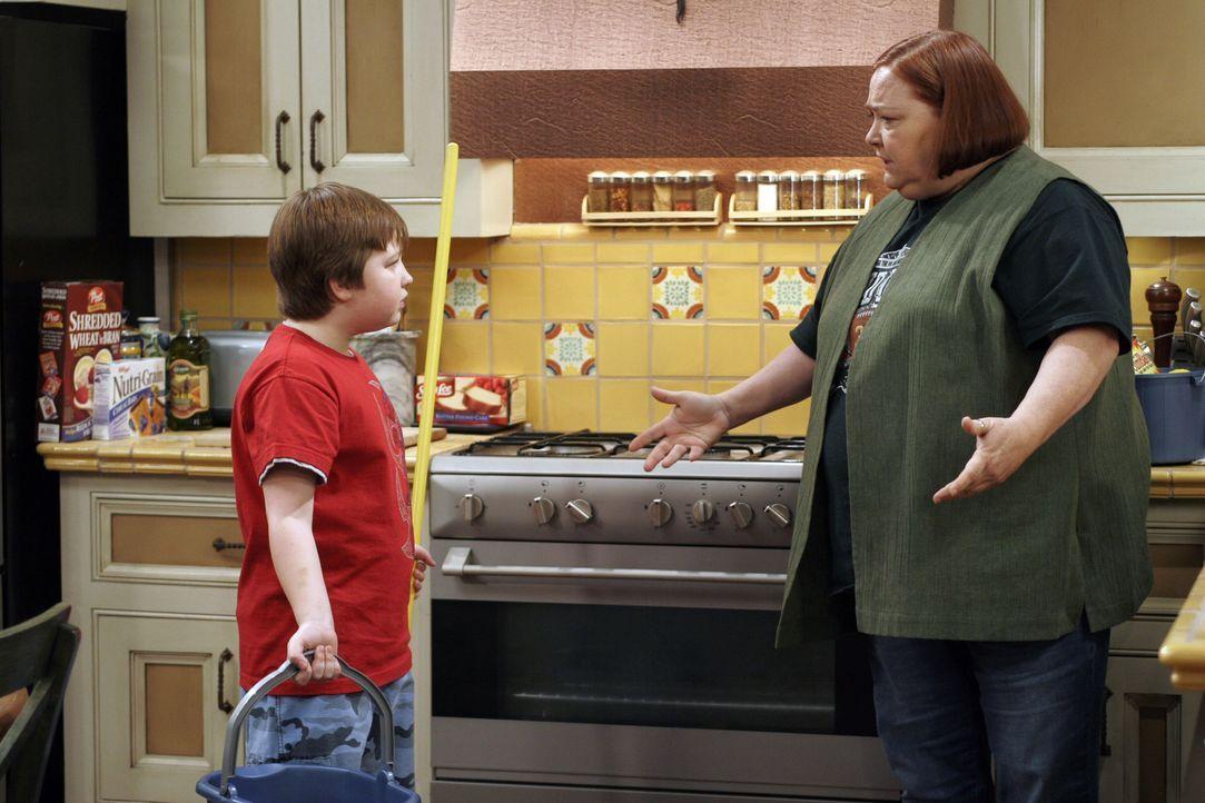 Haushälterin Berta (Conchata Ferrell, r.) teilt Jake (Angus T. Jones, l.) zum Toilettenputzen ein. Solange, bis der Junge lernt, dieses ordnungsgemä... - Bildquelle: Warner Brothers Entertainment Inc.