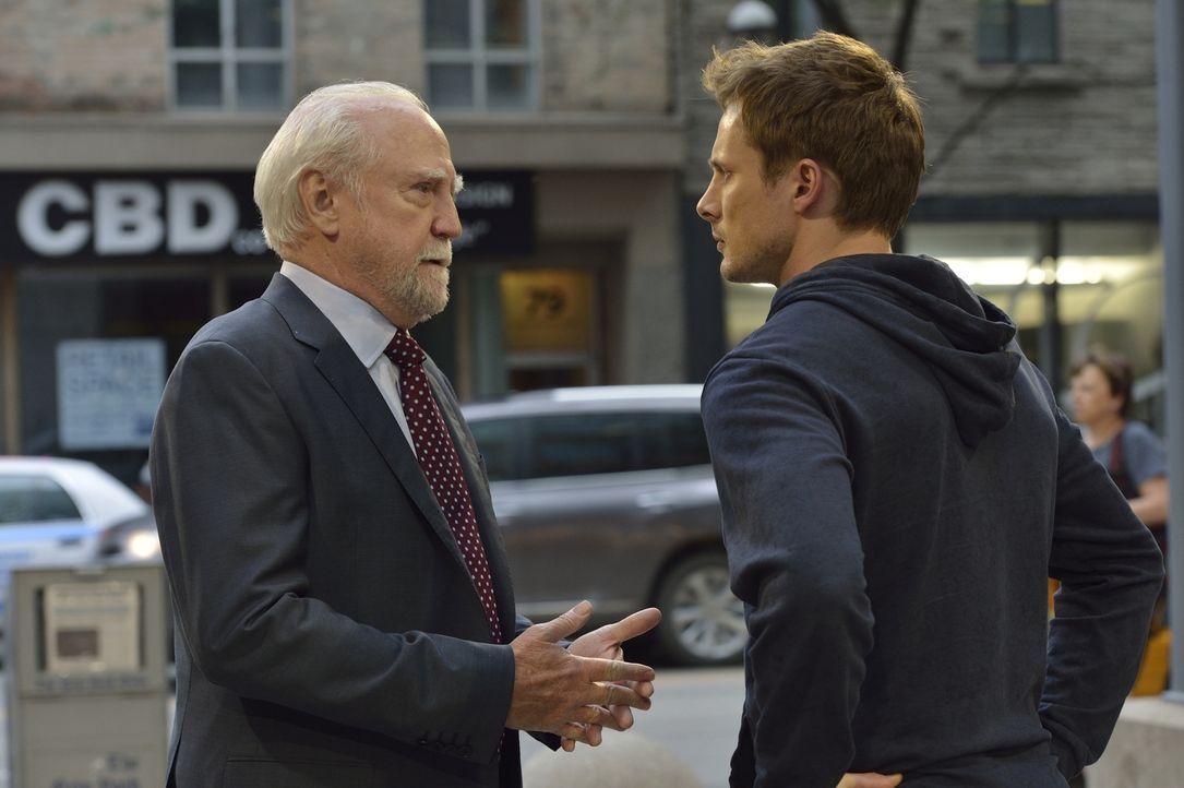 Damien (Bradley James, r.) sucht Rat bei John (Scott Wilson, l.) und macht eine erstaunliche Entdeckung. Doch handelt es sich dabei wirklich um die... - Bildquelle: Ben Mark Holzberg 2016 A&E Television Network, LLC. All rights reserved.