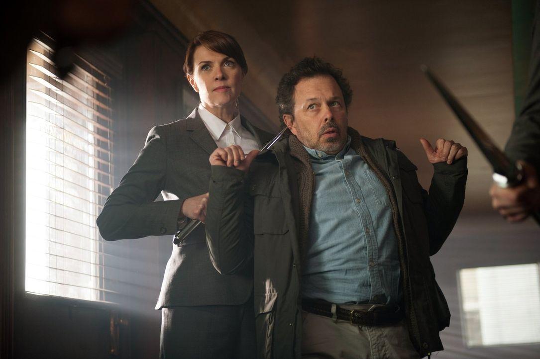 So schnell gibt Naomi (Amanda Tapping, l.) nicht auf, egal wie gut Metatrons (Curtis Armstrong, r.) Plan ist ... - Bildquelle: Warner Bros. Television