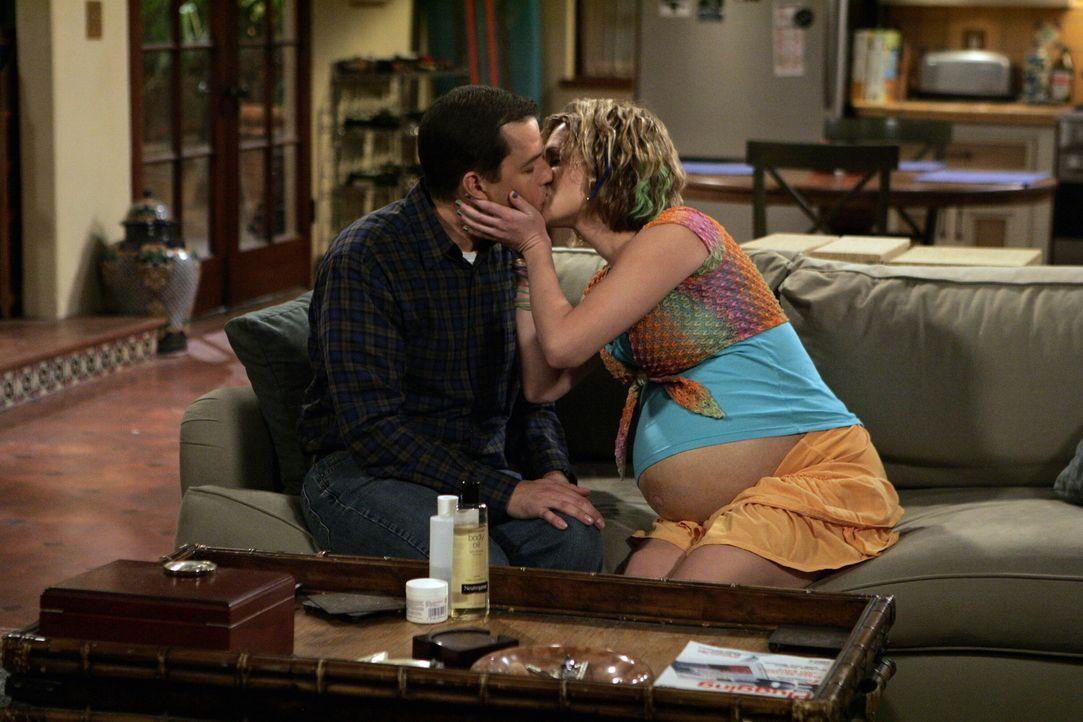 Berta lässt Naomi (Sara Rue, r.) nicht aus den Augen, so dass Alan (Jon Cryer, l.) alles daransetzen muss, Naomi unter dem Deckmantel der Fürsorge n... - Bildquelle: Warner Brothers Entertainment Inc.