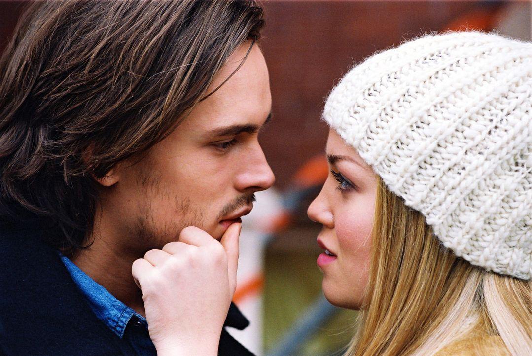 Jessica (Erika Christensen, r.) kann und will mit Alan (Jonathan Jackson, l.), der immer alles in den Sand setzt, nicht länger zusammenbleiben. Dara... - Bildquelle: ApolloMedia