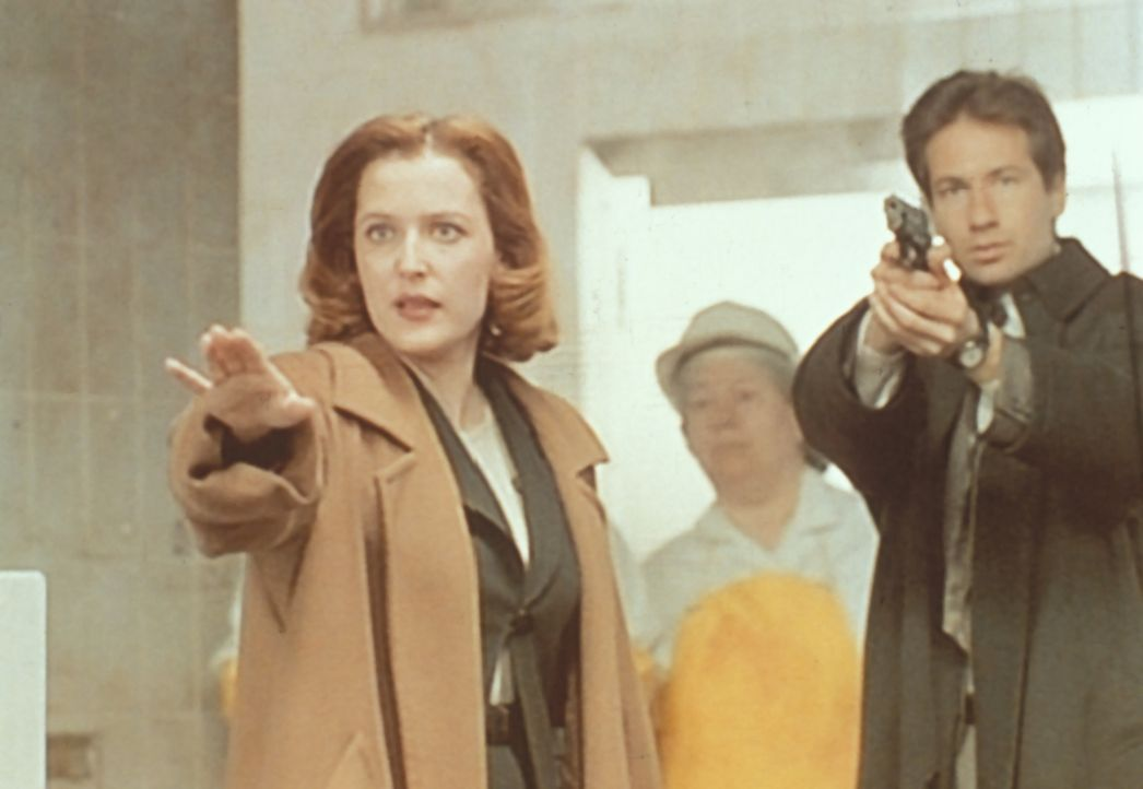 Scully (Gillian Anderson, l.) und Mulder (David Duchovny, r.) versuchen im  Werk von Chaco Chicken eine bedrohliche Situation in den Griff zu kriege... - Bildquelle: TM +   2000 Twentieth Century Fox Film Corporation. All Rights Reserved.