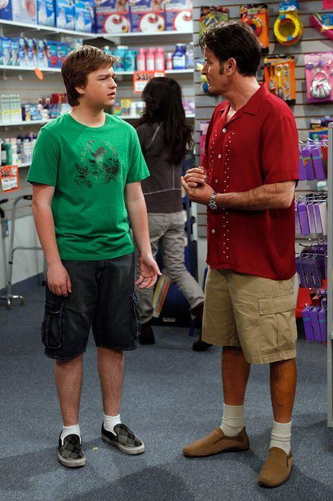 Da Charlie (Charlie Sheen, r.) keine Führerschein mehr hat, muss Jake (Angus T. Jones, l.) als Chauffeur herhalten ... - Bildquelle: Warner Brothers