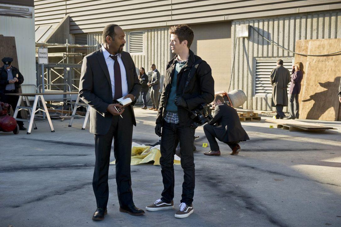 Ein neuer Fall wartet auf Joe (Jesse L. Martin, l.) und Barry (Grant Gustin, r.) ... - Bildquelle: Warner Brothers.