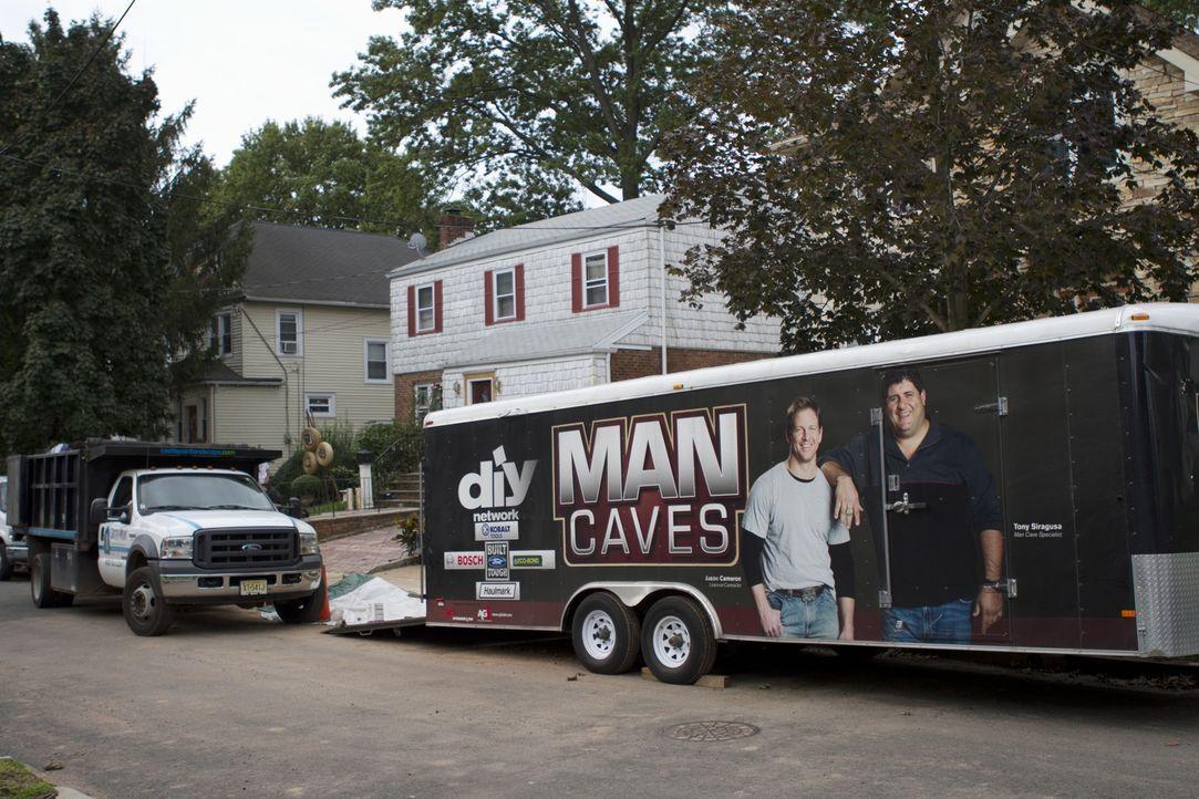Da der Hinterhof in eine echte Safari verwandelt werden soll, fährt das Man Cave Team um Tony Siragusa und Jason Cameron mit großem Geschossen vor .... - Bildquelle: 2011, DIY Network/Scripps Networks, LLC.  All Rights Reserved.