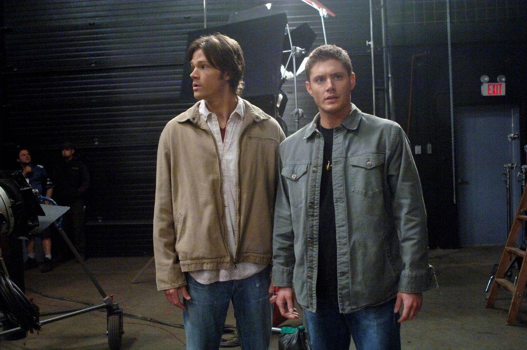 Versuchen, den Tod eines Schauspielers am Set aufzuklären: Sam (Jared Padalecki, l.) und Dean (Jensen Ackles, r.) ... - Bildquelle: Warner Bros. Television