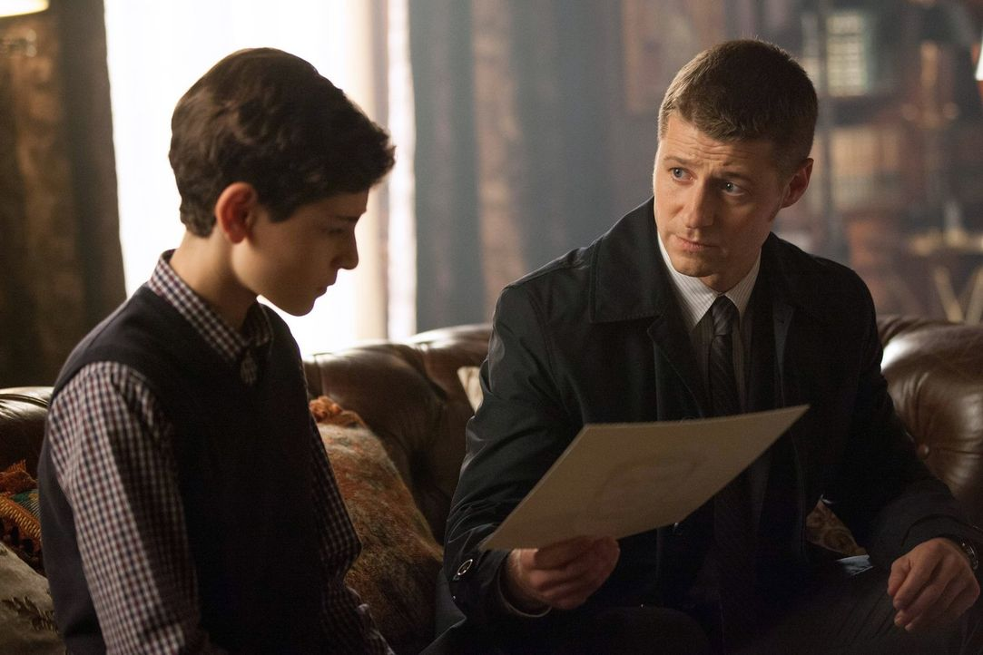 Gordon (Ben McKenzie, r.) versucht weiter, den Mord an Bruce' (David Mazouz, l.) Eltern aufzuklären, während Penguin Mooneys Pläne langsam durchscha... - Bildquelle: Warner Bros. Entertainment, Inc.