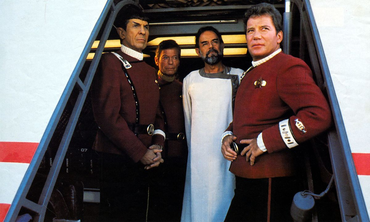 Der vulkanische Herrscher Sybok (Laurence Luckinbill, 2.v.r.) hat die Enterprise mit Captain Kirk (William Shatner, r.), Dr. McCoy (DeForest Kelley,... - Bildquelle: 2003 By Paramount Pictures All Rights Reserved