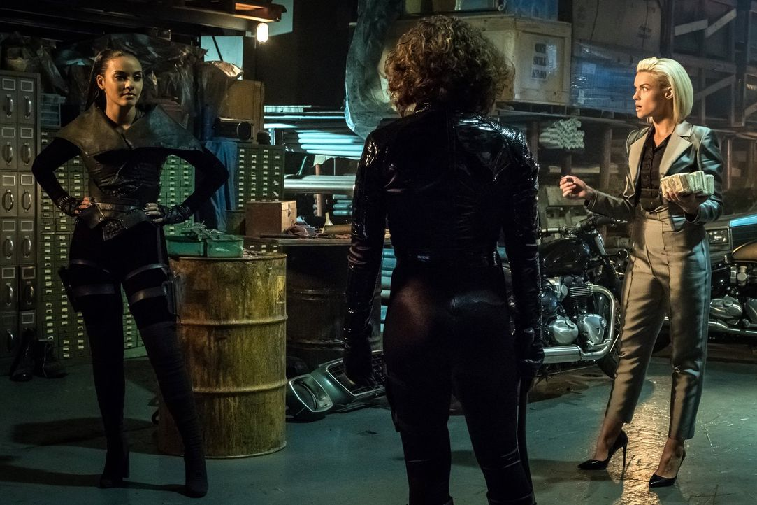 Nachdem Ra's al Ghul ermordet wurde, will Barbara (Erin Richards, r.) ihre Allianz mit Tabitha (Jessica Lucas, l.) und Selina (Camren Bicandova, M.)... - Bildquelle: 2017 Warner Bros.